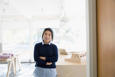 Portrait confident female architect with arms crossed in officeの写真素材 [FYI02315174]
