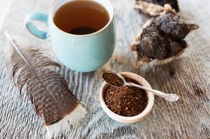 Close up still life fresh black tea leaves and mugの写真素材 [FYI02315511]