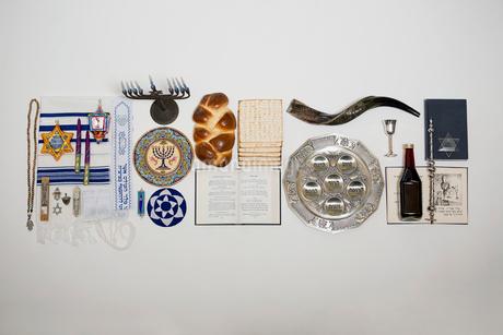 Overhead still life Hanukkah symbols and traditional itemsの写真素材 [FYI02315529]