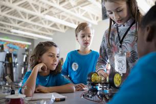 Pre-adolescent students assembling robotics in classroomの写真素材 [FYI02315760]