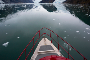 Boat bow on water in Prince William Sound, Alaskaの写真素材 [FYI02315789]