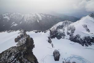 Snowy remote mountain range, North West British Columbia, Canadaの写真素材 [FYI02315809]
