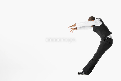 Businessman jumping, falling back against white backgroundの写真素材 [FYI02315952]