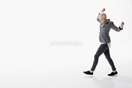 Energetic senior woman dancing against white backgroundの写真素材 [FYI02315979]