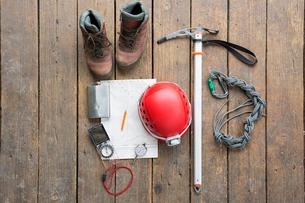 Overhead still life mountain hiking boots, helmet, ax and hiking equipmentの写真素材 [FYI02316015]