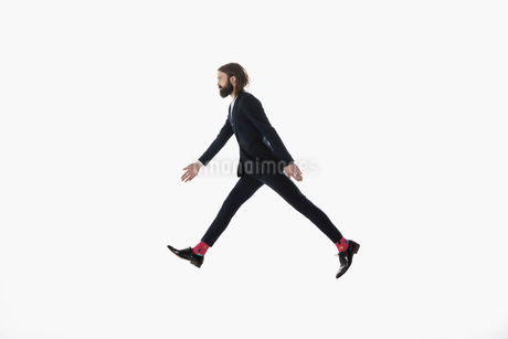 Businessman walking, striding against white backgroundの写真素材 [FYI02316116]