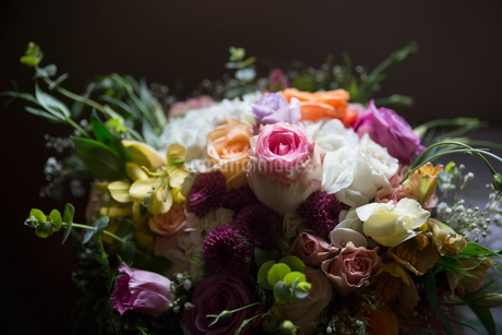 Still life vibrant multicolor rose and flower bouquetの写真素材 [FYI02316286]