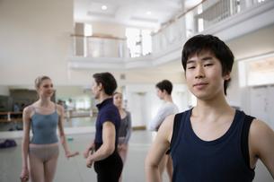 Portrait confident male ballet dancer in dance studioの写真素材 [FYI02316607]
