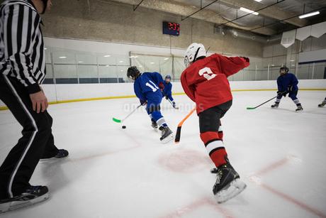Boy ice hockey players playing on ice hockey rinkの写真素材 [FYI02316744]