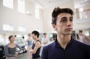 Portrait confident male ballet dancer looking away in dance studioの写真素材 [FYI02316785]