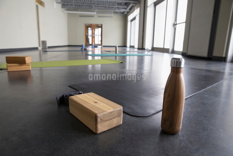 Water bottle, box and yoga mat in yoga class gym studioの写真素材 [FYI02316800]