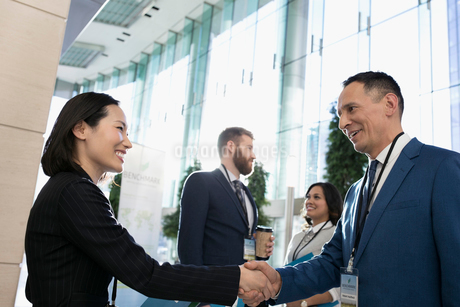 Business people handshaking, networking at conferenceの写真素材 [FYI02317002]