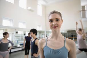 Portrait smiling female ballet dancer in dance studioの写真素材 [FYI02317081]