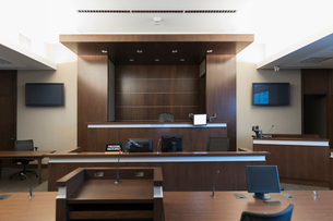 Empty wood paneled courtroom and judge benchの写真素材 [FYI02317157]