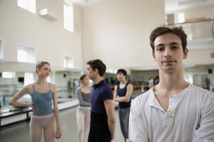 Portrait confident male ballet dancer in dance studioの写真素材 [FYI02317387]