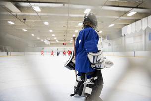 Boy hockey player goalie at net on iceの写真素材 [FYI02317393]