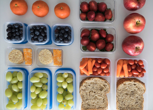 Overhead view prepared healthy snacks and lunches in containersの写真素材 [FYI02318078]