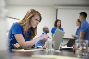 Focused female physiotherapist with laptop training in conference room meetingの写真素材 [FYI02318661]