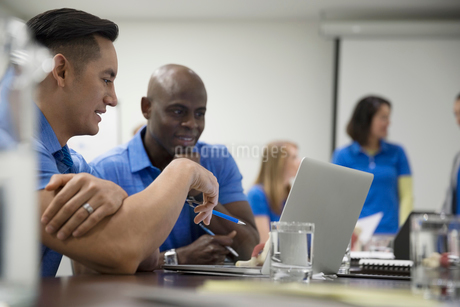 Male physiotherapists with laptop training in conference room meetingの写真素材 [FYI02318837]