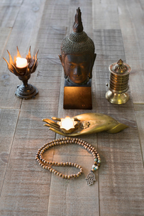 Still life of Buddha statue, candles and Mala beads altarの写真素材 [FYI02319149]