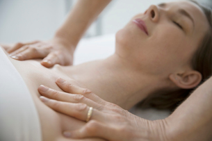 Masseuse massaging chest and shoulders of serene womanの写真素材 [FYI02319166]