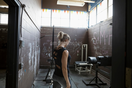 Fit woman weightlifting in gritty gymの写真素材 [FYI02319177]