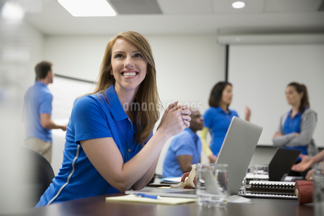 Smiling focused female physiotherapist with laptop training in conference room meetingの写真素材 [FYI02319187]