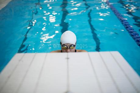Swimmer ready below starting platform in swimming poolの写真素材 [FYI02319236]