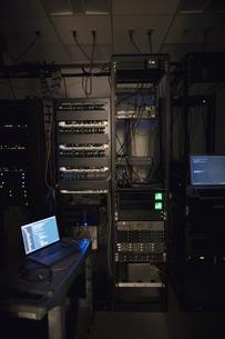 Laptop and server panels in dark server roomの写真素材 [FYI02319287]