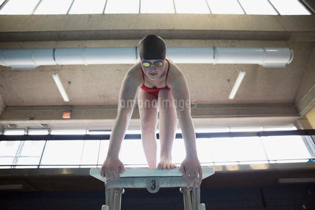 Young woman swimmer ready at starting platformの写真素材 [FYI02319333]