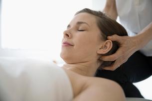 Serene woman receiving scalp massageの写真素材 [FYI02319370]