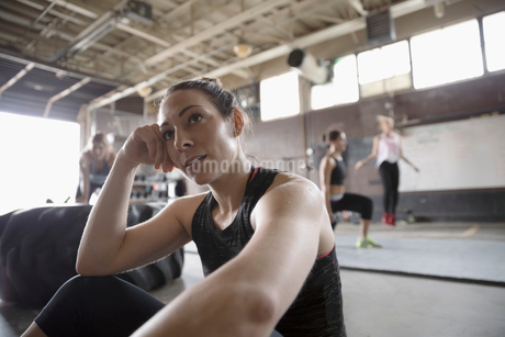 Strong woman resting in gritty gymの写真素材 [FYI02319388]