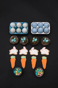 Knolling of Easter eggs, cookies and candiesの写真素材 [FYI02319467]