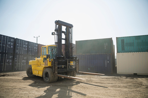 Forklift in sunny industrial container yardの写真素材 [FYI02319509]