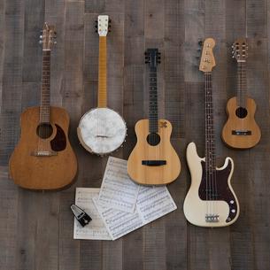 Knolling of guitars, banjo and ukulele on sheet musicの写真素材 [FYI02319591]