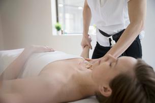 Serene woman receiving massageの写真素材 [FYI02319607]