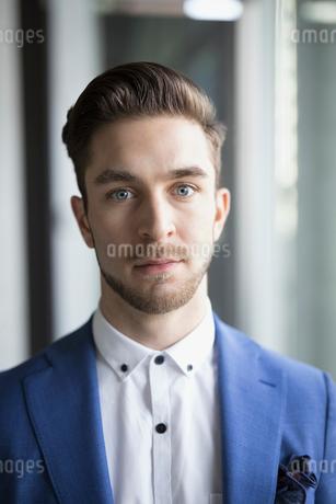 Close up portrait serious businessmanの写真素材 [FYI02319648]