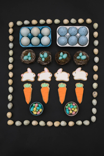 Knolling of Easter eggs, cookies and candiesの写真素材 [FYI02319692]