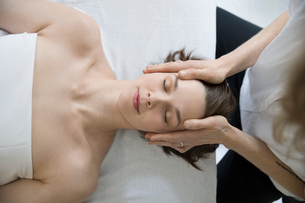 Overhead view serene woman receiving face and scalp massageの写真素材 [FYI02319846]