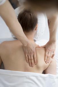 Overhead view woman receiving massageの写真素材 [FYI02319850]
