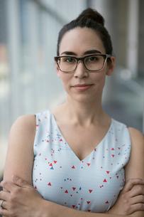 Portrait confident businesswoman with eyeglassesの写真素材 [FYI02319882]
