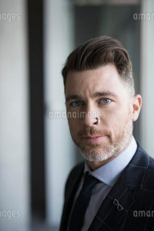 Close up portrait serious, confident businessmanの写真素材 [FYI02319988]