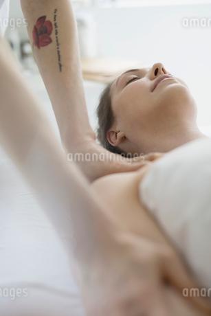 Serene woman receiving massageの写真素材 [FYI02319990]