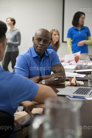 Male physiotherapists with laptop training in conference room meetingの写真素材 [FYI02320061]