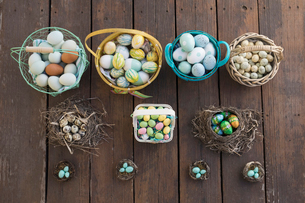 Knolling of Easter egg candies in baskets and nestsの写真素材 [FYI02320121]