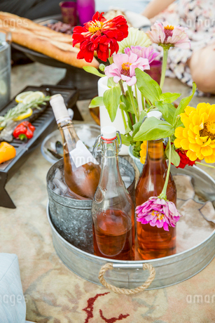 Rose wine bottles on tray with summer flowersの写真素材 [FYI02320303]