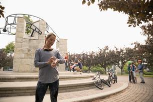 Female runner checking smart watch in parkの写真素材 [FYI02320557]