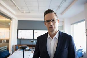 Portrait confident businessman in conference roomの写真素材 [FYI02320910]