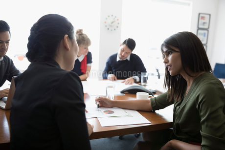 Businesswomen discussing paperwork in conference room meetingの写真素材 [FYI02321280]