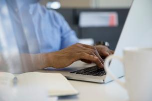 Businessman typing on laptopの写真素材 [FYI02321565]